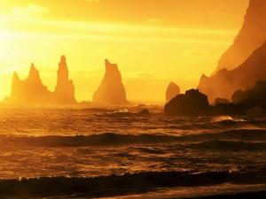 Mar y rocas iluminadas por los rayos del sol