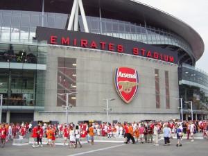 Aficionados a las afueras del Arsenal Emirates Stadium