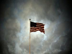 Bandera americana en un cielo nuboso