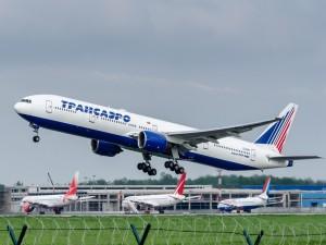 Boeing 777-300 levantando vuelo