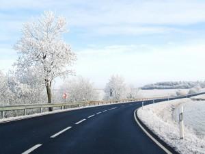 Nieve a ambos lados de la carretera