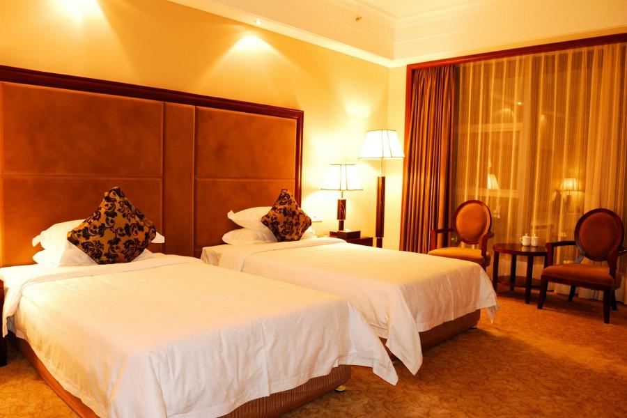 Dormitorio con las luces encendidas