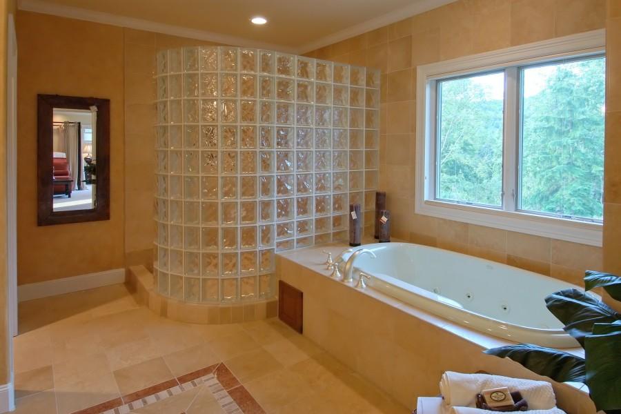 Baño con bañera y ducha de cristal