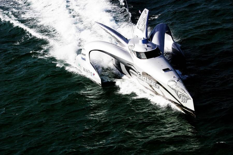 Barco deportivo en movimiento