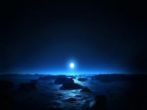La luna ilumina el mar
