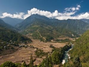 Río cruzando un prado entre montañas