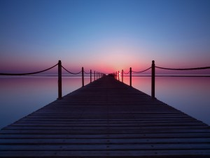 Un muelle se extiende a través del mar hasta el horizonte