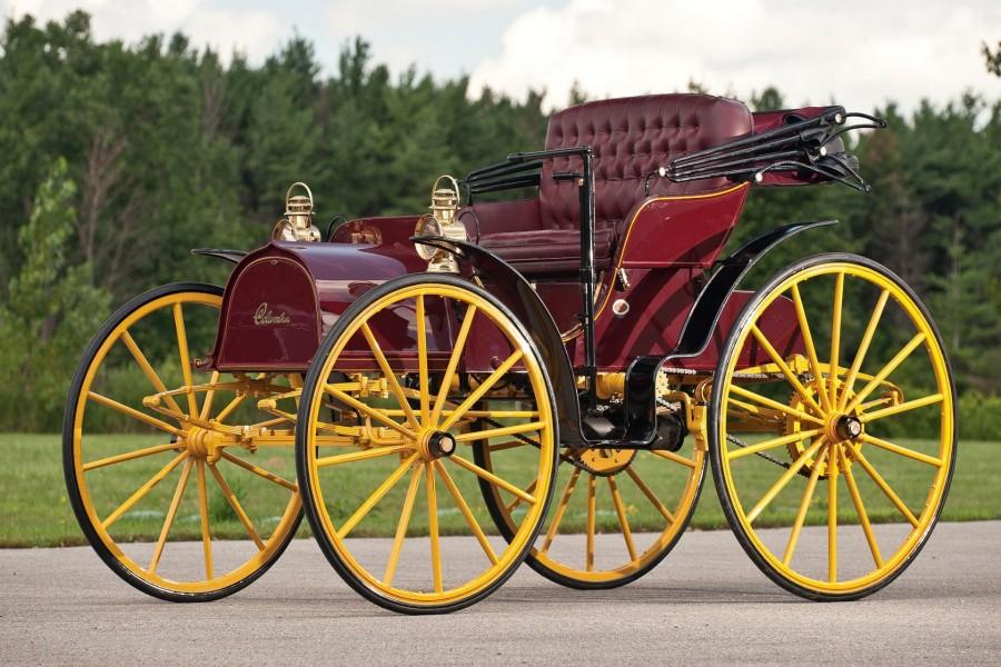Carro antiguo en el camino