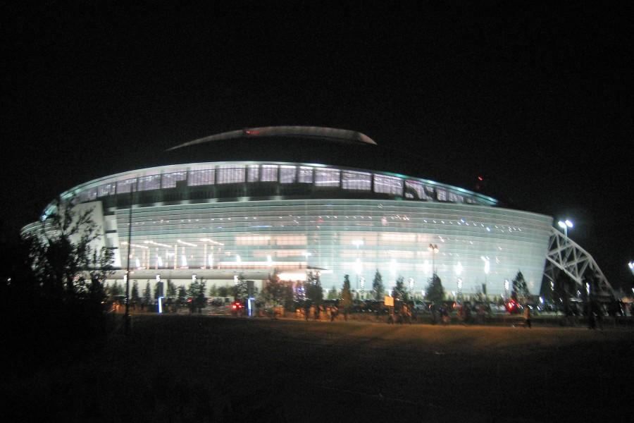 Estadio de los Dallas Cowboys iluminado