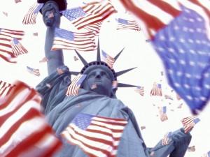 Banderas americanas cayendo por la Estatua de la Libertad