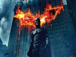 Batman junto a un edificio en llamas