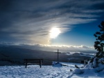Cruz en la cima de la montaña nevada