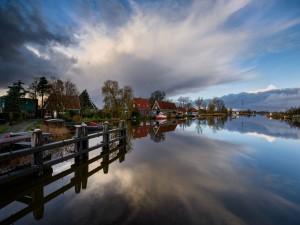 Casas a orillas de un río