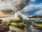 Las olas del mar rompiendo sobre las rocas
