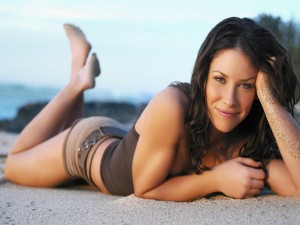 Evangeline Lilly en la playa