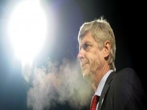 Arsene Wenger con cara de preocupación