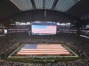 Gran bandera americana en el estadio de los Dallas Cowboys