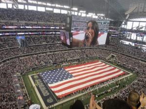Cantando antes del partido de los Dallas Cowboys