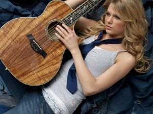 Taylor Swift junto a su guitarra