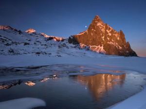 Luna tras la montaña al amanecer