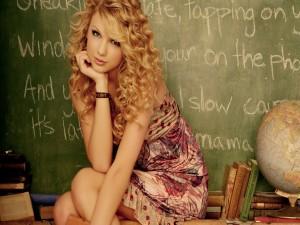 Taylor Swift junto a la pizarra de la escuela