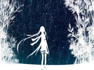Silueta caminando por la nieve