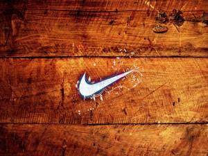 Logo de Nike sobre la madera