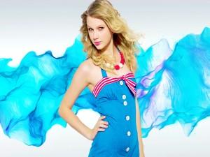 Taylor Swift con vestido azul