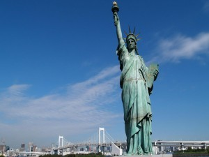 La Estatua de la Libertad bajo el cielo de Nueva York