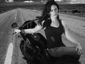 Chica sentada en una moto