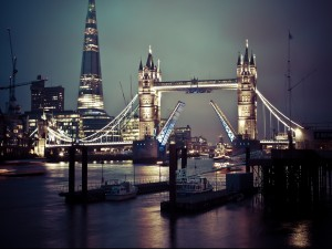 Vista nocturna del Puente de la Torre (Londres)