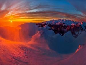 Puesta de sol sobre las montañas nevadas