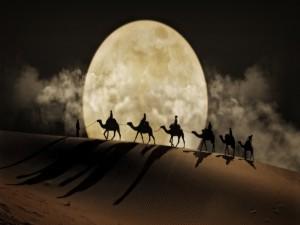 Caravana de camellos atravesando el desierto