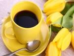 Taza con café y tulipanes amarillos