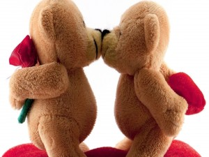 Dos osos de peluche besándose