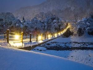 Puente cubierto de nieve iluminado