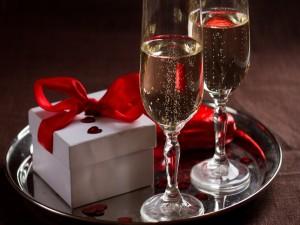 Bandeja con dos copas de champán y una caja de regalo