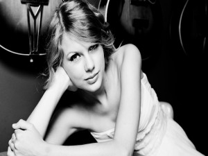 Taylor Swift en blanco y negro