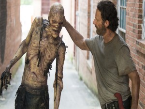 Rick con un caminante (The Walking Dead)