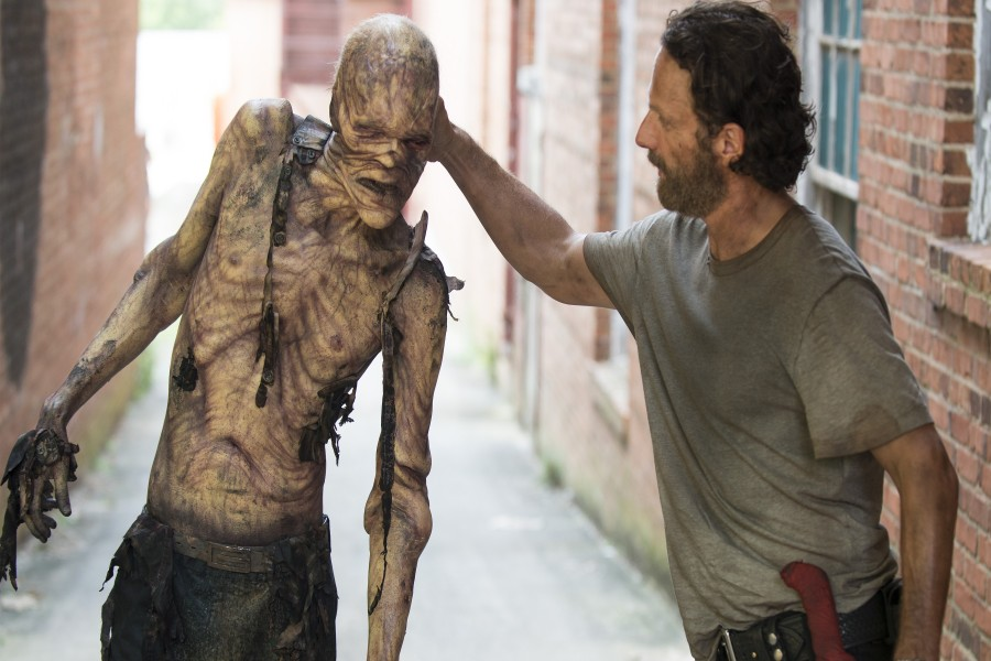 Rick con un caminante (The Walking Dead)