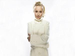 Hayden Panettiere con chaqueta blanca