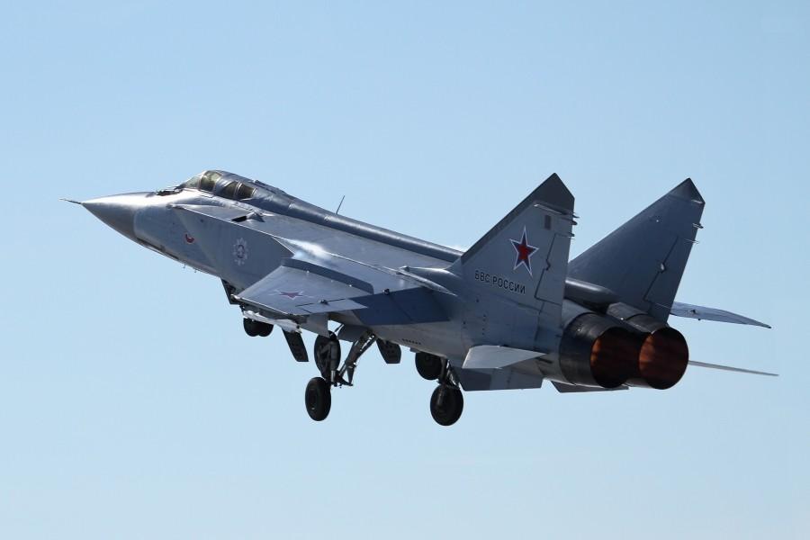 Avión caza bombardero Mikoyan Mig 31 despegando