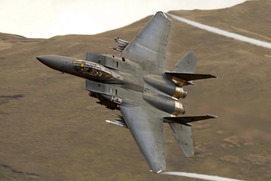 McDonnell Douglas F-15 Eagle volando  sobre las montañas