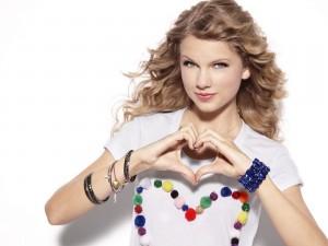Taylor Swift formando un corazón con sus manos