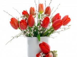 Ramo de tulipanes en un recipiente blanco