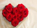 Ramo de rosas color rojo formando un corazón