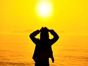 Silueta de una mujer frente al sol