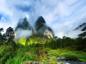 Imponentes montañas entre las nubes