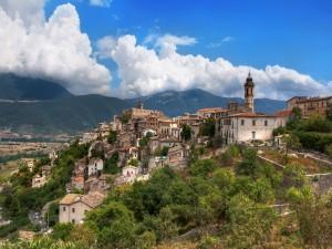 Vista de un pueblo en la colina
