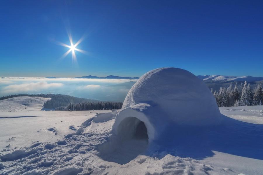 Refugio construido con bloques de nieve (Iglú)
